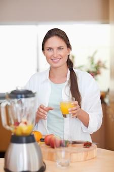 Portret kobieta pije świeże owoc sok