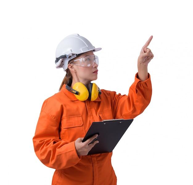 Portret kobieta pracownik w mechanika kombinezonie trzyma schowek i pióro odizolowywający na białym tle