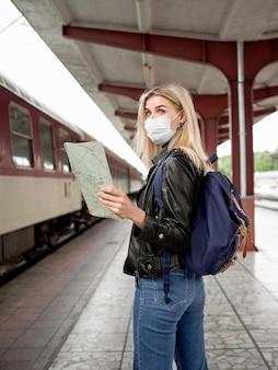 Portret kobieta przy dworcem
