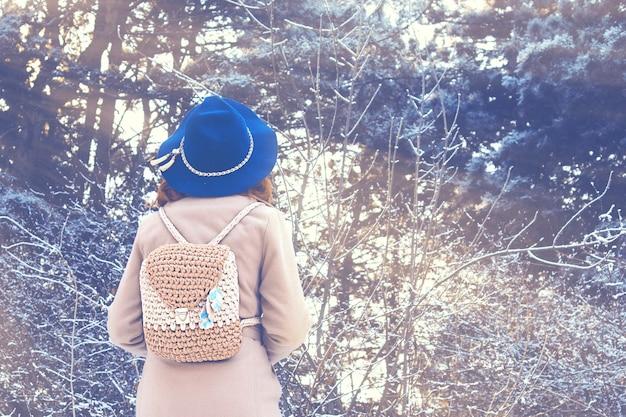 Portret kobieta w naturze na zima dniu.