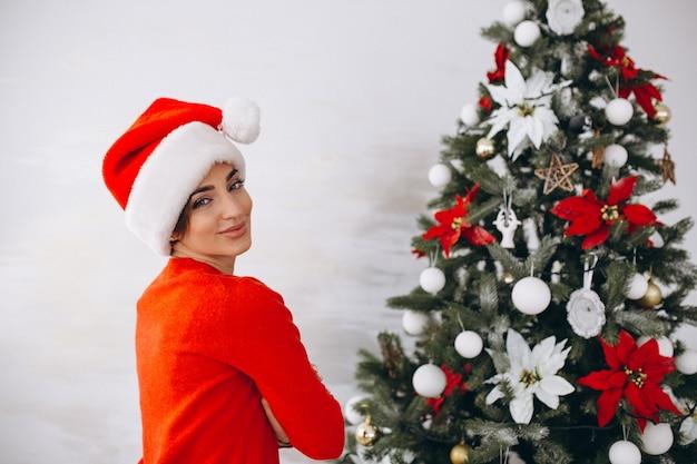Portret kobieta w santa kapeluszu na bożych narodzeniach