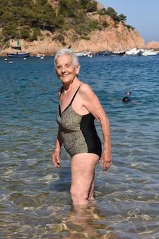 Portret kobieta wchodzić do morze