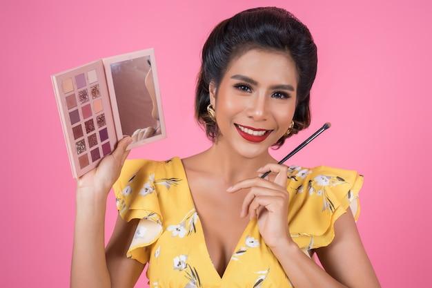 Portret kobieta z makeup muśnięciem i kosmetykiem