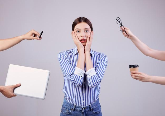 Portret kobiety administratora w pasiastej biało-niebieskiej koszuli w okularach i laptopa na szaro. pracownik roku, dama biznesu.