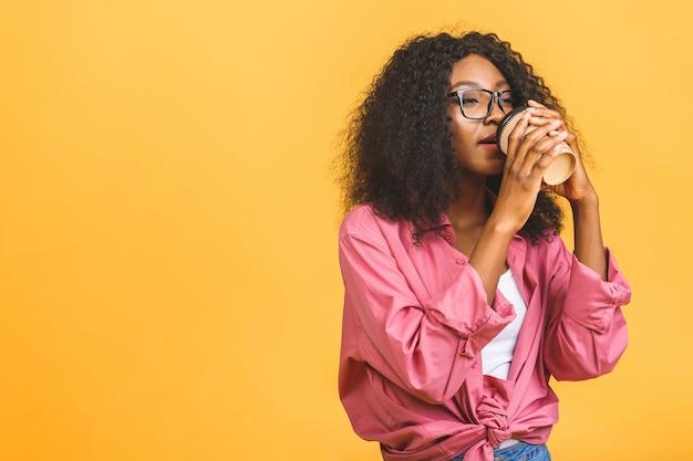 Portret kobiety afroamerykanów picia kawy
