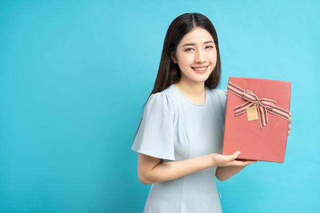 Portret kobiety azjatyckie gospodarstwa pudełko