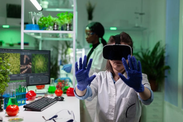Portret kobiety biologa-badacza analizującej wiedzę na temat wirtualnych roślin gmo