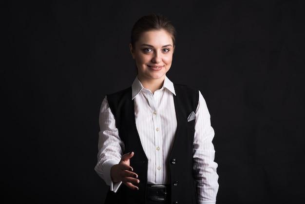 Portret kobiety biznesu, który podaje rękę do uścisku dłoni
