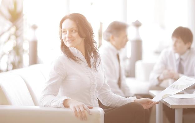 Portret kobiety biznesu na tle kolegów