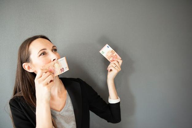 Portret kobiety biznesu posiadających rachunki za 10 euro