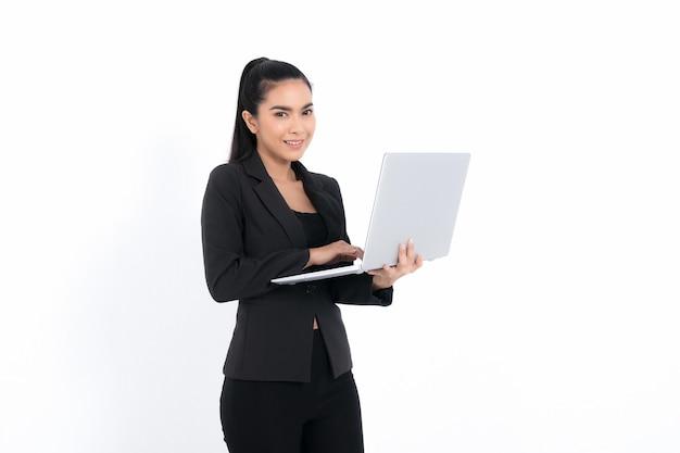 Portret kobiety biznesu trzymającej laptopa w czarnym garniturze na białym tle