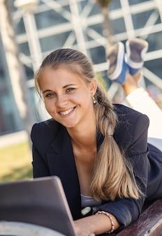 Portret kobiety biznesu uśmiecha się na zewnątrz