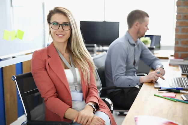 Portret kobiety biznesu w okularach w pracującym biurze