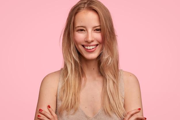 Portret kobiety blondynka z uśmiechem