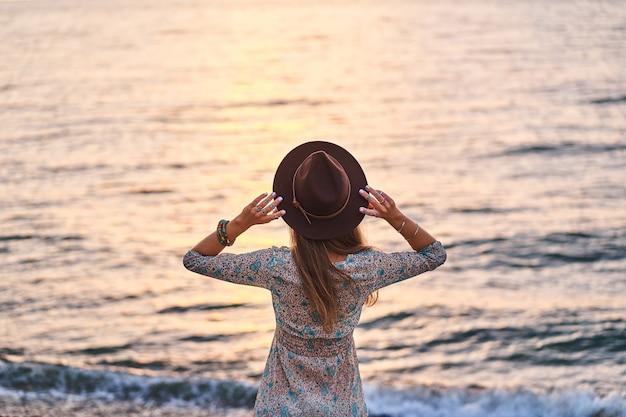 Portret kobiety boho chic w kapeluszu