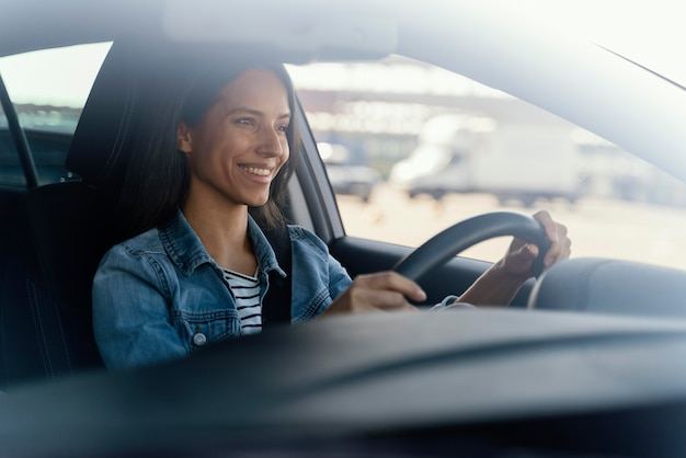 Portret kobiety brunetka w swoim samochodzie