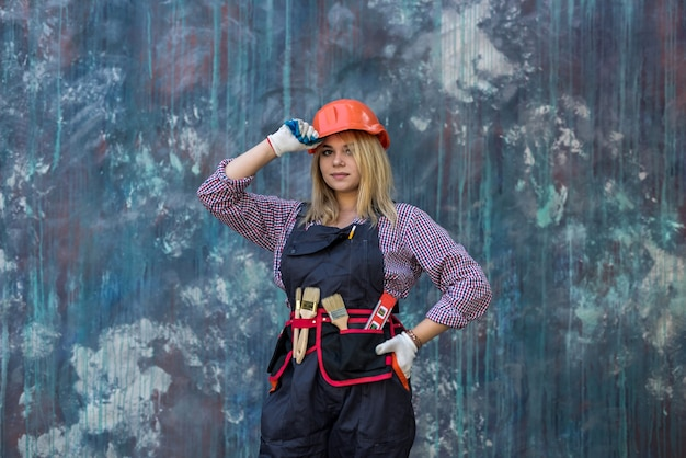Portret kobiety budowniczy pracownik stojący nosić mundur i sternika. remont domu.