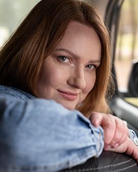 Portret kobiety buźkę z bliska
