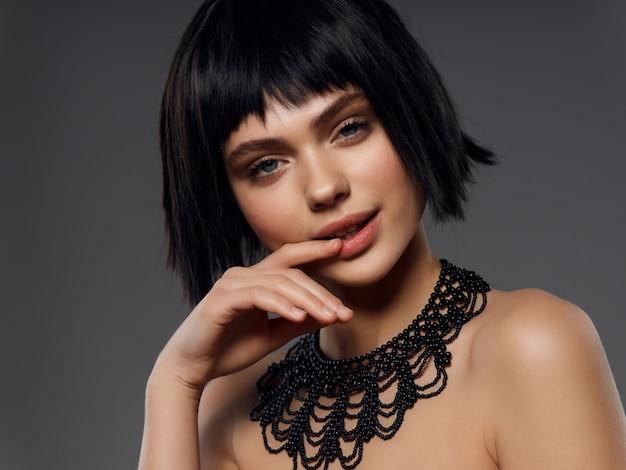 Portret kobiety czarna peruka, portret piękna