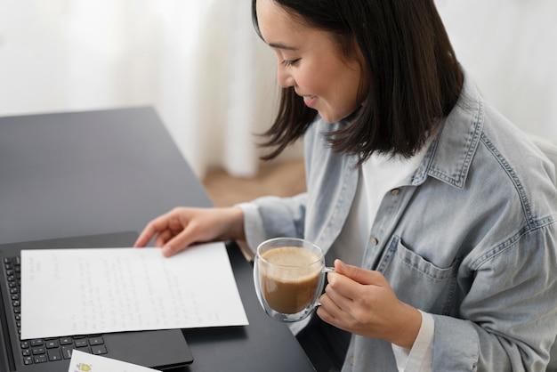 Portret kobiety czytanie listu