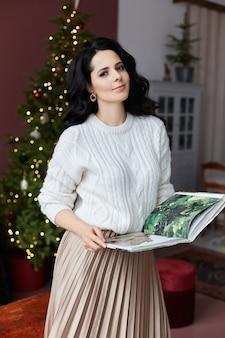 Portret kobiety czytanie magazynu