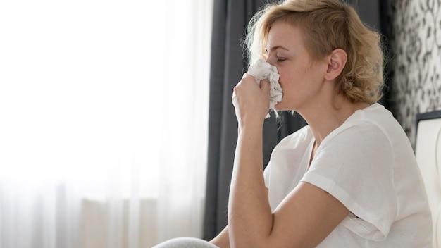 Portret kobiety dmuchanie nosa