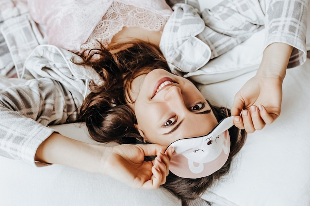 Portret kobiety do spania z maską