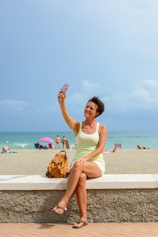 Portret kobiety dojrzałe piękne turystyczne na plaży na świeżym powietrzu