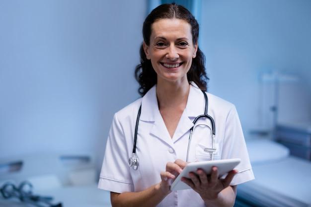 Portret kobiety doktorska używa cyfrowa pastylka w oddziale