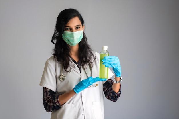 Portret kobiety doktorski seans butelka odkażający żel dla ręk czyścić.