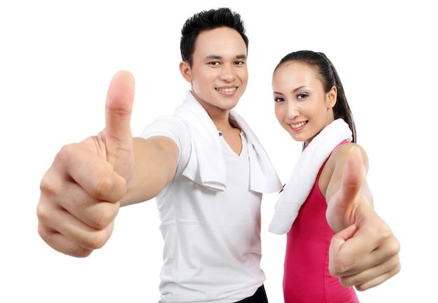Portret kobiety fitness i mężczyzna pokazując kciuk do góry