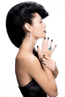 Portret kobiety glamour paznokcie, usta i oczy pomalowane na kolor czarny
