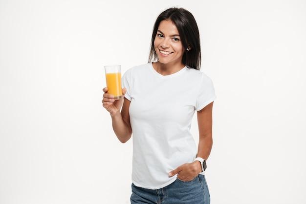 Portret kobiety gospodarstwa szklankę soku pomarańczowego