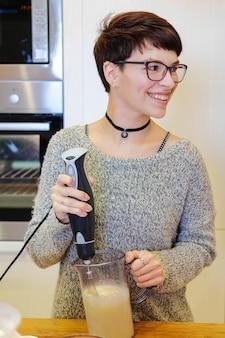 Portret kobiety gotowanie deser