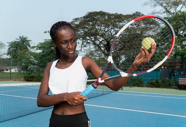 Portret kobiety, grać w tenisa