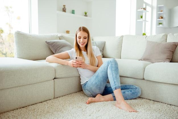 Portret kobiety gry w domu w domu