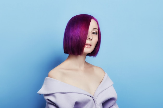 Portret kobiety jasne kolorowe latające włosy, fioletowy