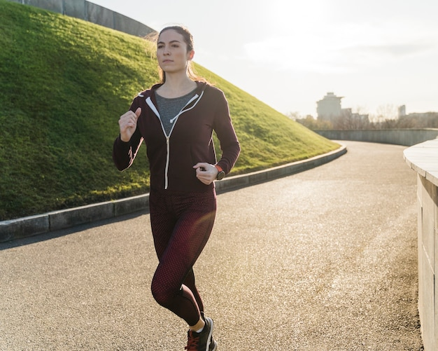 Portret kobiety jogging w naturze
