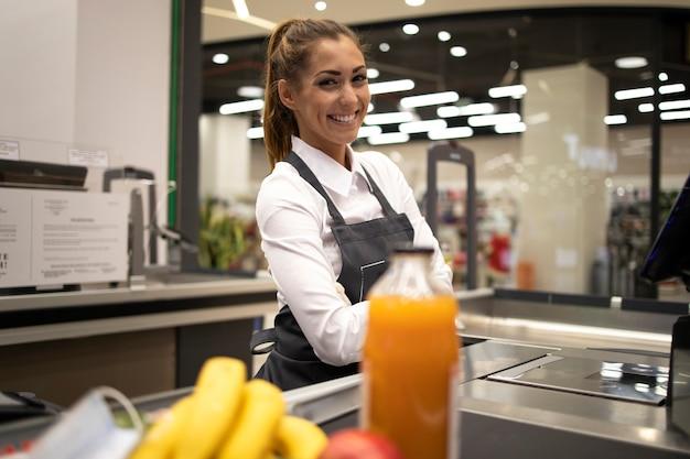 Portret kobiety kasjerka w supermarkecie