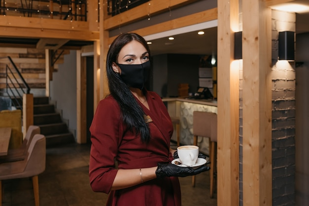 Portret kobiety kelnerka serwująca kawę