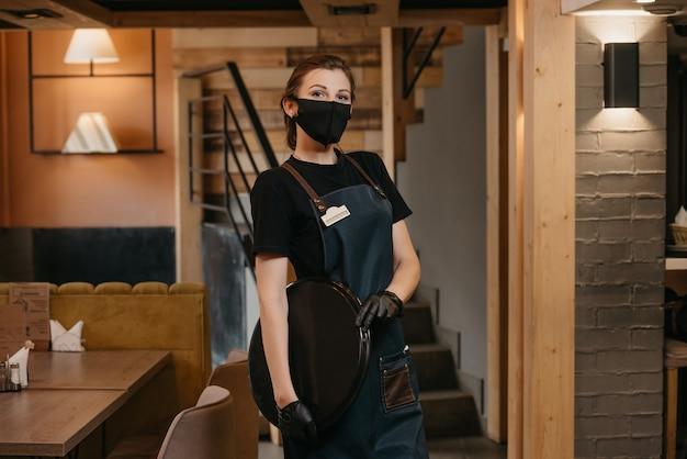 Portret kobiety kelnerka trzymając tacę
