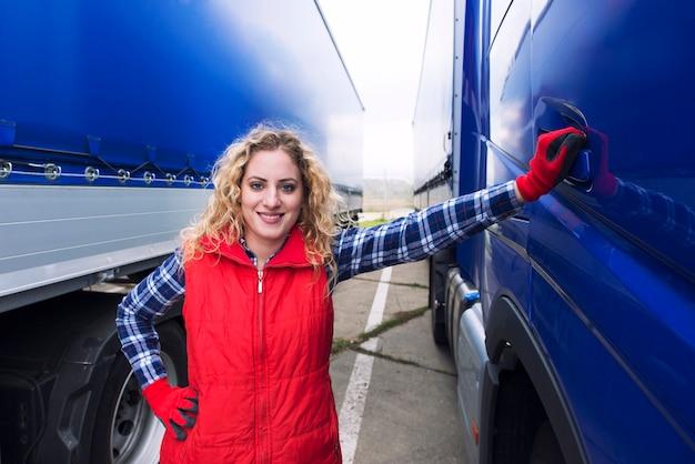 Portret kobiety kierowca ciężarówki stałego pojazdem ciężarówki