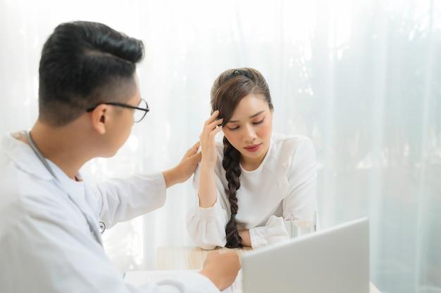 Portret kobiety konsultacji ginekolog-położnik w gabinecie lekarskim