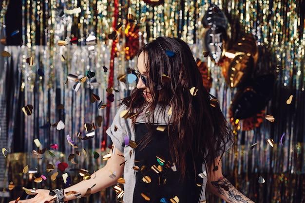 Portret kobiety korzystających ze stron i konfetti
