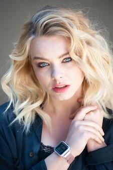 Portret kobiety kręcone włosy blond