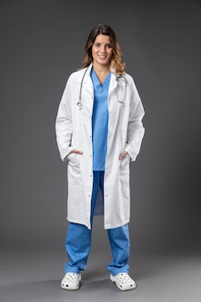 Portret kobiety lekarz ze stetoskopem