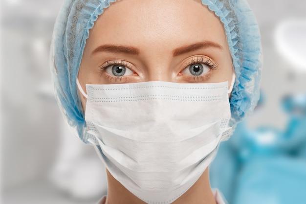 Portret kobiety lekarza noszenia sprzętu