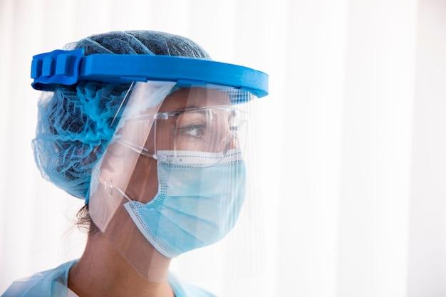 Portret kobiety lekarza w zbliżenie nosić ochrony