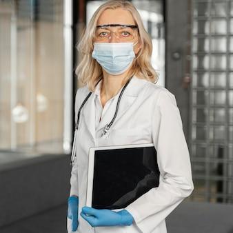 Portret kobiety lekarza z maską medyczną