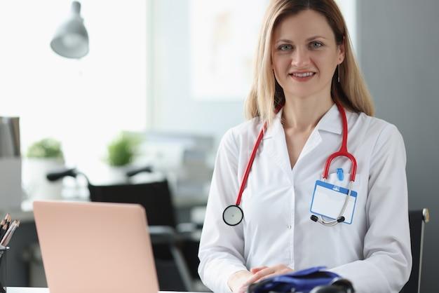 Portret kobiety lekarza ze stetoskopem na szyi w biurze. koncepcja opieki zdrowotnej